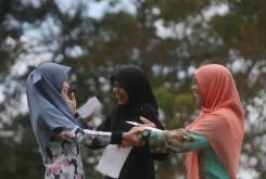 LEDANG 03 March 2015. Dari kiri, Nurjazreena Zulkefli bersama rakannya Sharifah Leena Syed Othman dan Nur Efina Moktar kelihatan ceria selepas mendapat keputusan yang sama cemerlang 9A+ dalam SPM di Sekolah Menengah Sains Muar (SAMURA) di Ledang. Foto Syarafiq Abd Samad