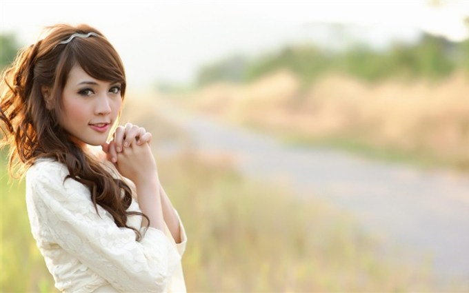 Asian_Women_Grassland-beautiful_girls_photo_wallpaper_medium