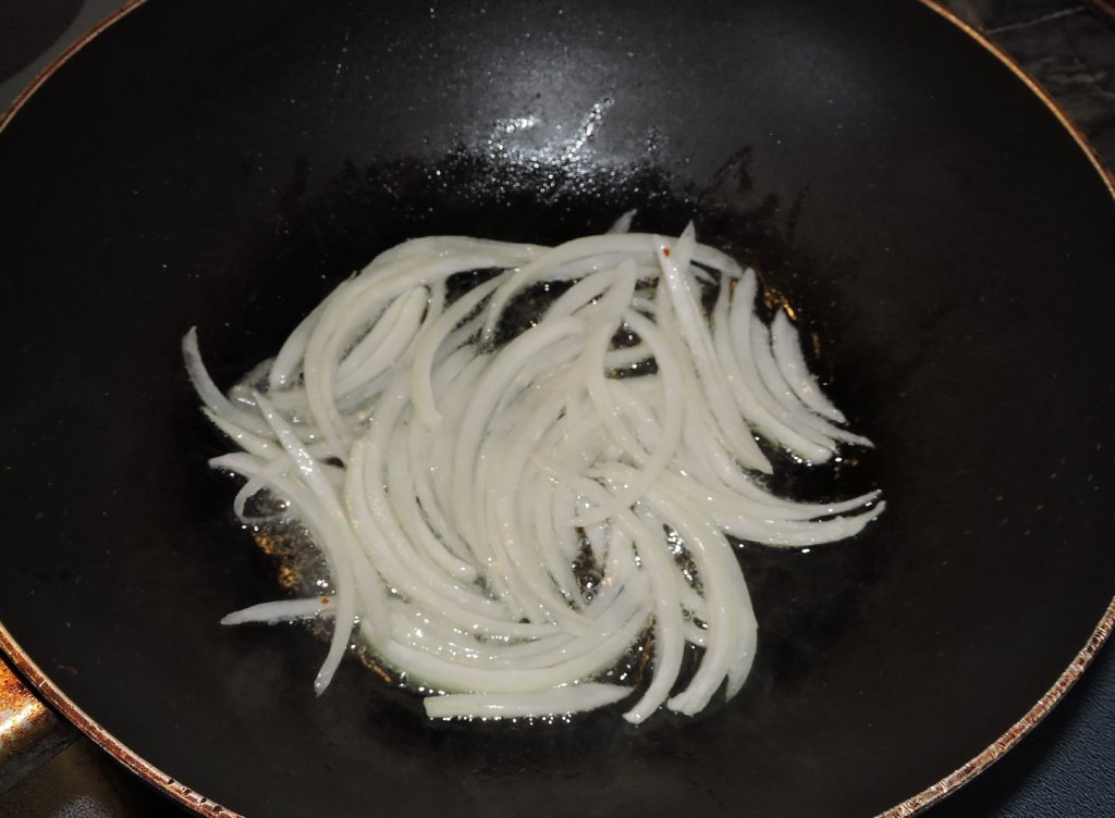 Frying Onion for use in Salted Radish Banchan