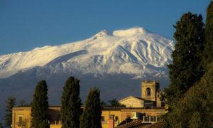 Zaśnieżone Etna widoczna z Taorminy.