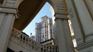 Aux pieds de ces immeubles, sont vendus des t-shirts à l'effigie d'Hitler.
