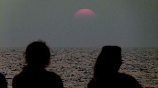 le soleil se couche à l'Ouest