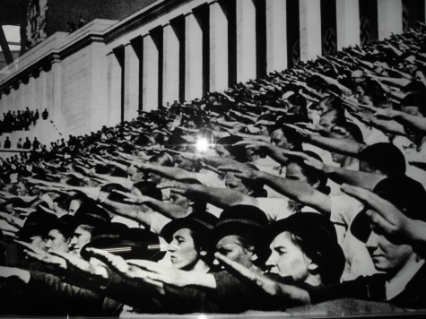 Folket er i ekstase og Hitler får 37,4 % av stemmene ved valget i 1933.