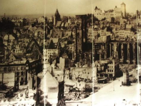 Tyskland ligger i ruiner og ni millioner tyskere døde under den 2. verdenskrigen.
