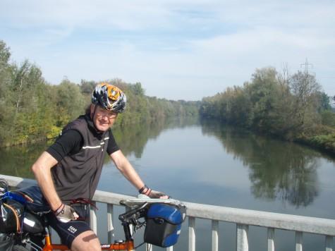 Sykler i kort! Her ved kryssing av elva Mur i Østerrike!