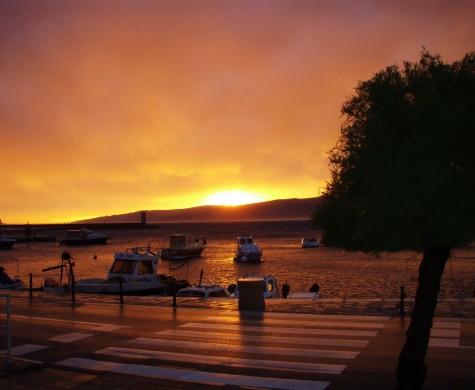 Solnedgang etter uværet i Senj, Kroatia.