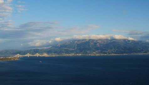Brua over til Peloponnes til venstre i bildet!
