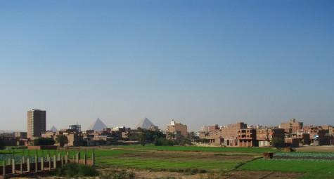 Pyramidene dukker opp i det fjerne!