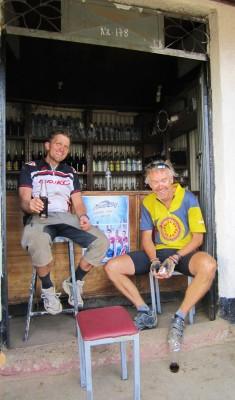 Dan fra USA og jeg har en pause på en bar langs veien i Etiopia!