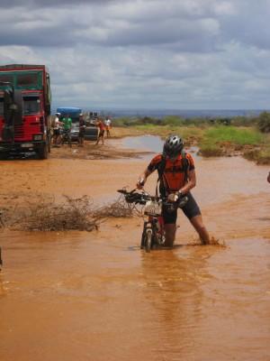 Fuktig vær i Kenya – noe vanskelig å sykle her!