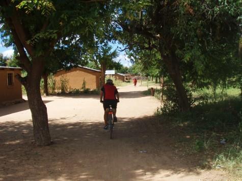 Sykling på stier mellom landsbyer i Tanzania!
