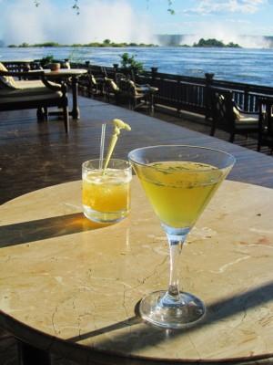 Fint med noe godt å drikke ved Zambezi River og Victoria Falls!