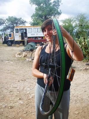 Rebekka fra USA var uheldig og falt! Det gikk bra med henne, noe verre med hennes forhjul!