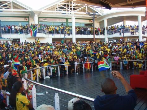 Her fra storskjermen i Cape Town før åpningskampen!