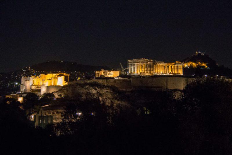 L'Acropole la nuit, au centre-ville d'Athènes. Capté depuis le sommet de la butte de Philopappos.