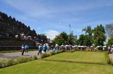 Die vielen Touristen mit den Sonnenschirmen