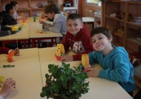 Des enfants heureux à l'école.