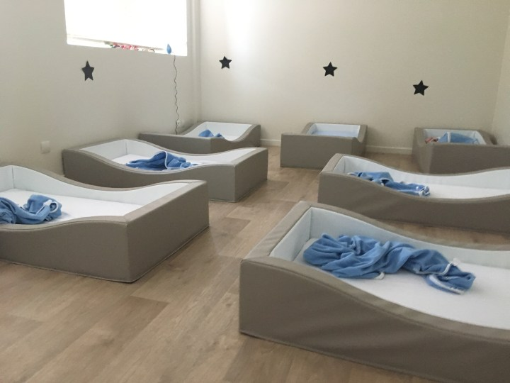Faire dormir les bébés dans des lits au sol