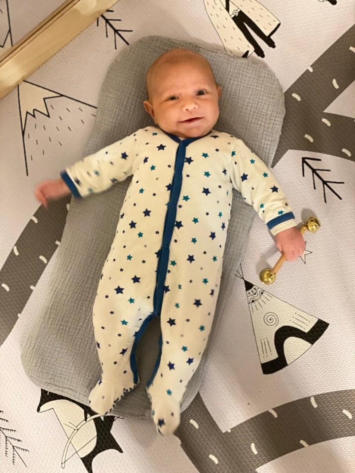 Un bébé heureux et épanoui