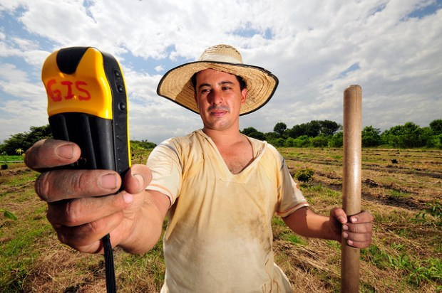 Relève GPS en Colombie pour définir l'emplacement optimal d'une parcelle -Dada GPS Fruit 5 CCBY CIAT via Flickr
