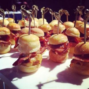 Burger de torchon de foie gras des Canardises, bacon, oignon confit au merlot, mayonnaise truffée - La Mangue verte