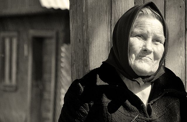640px-Elderly_woman_in_Transylvania