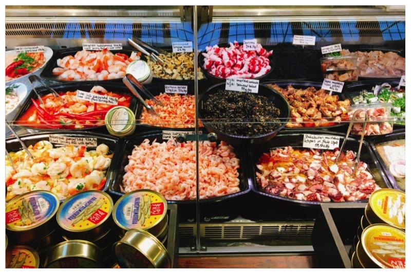 市場の惣菜屋さん。エビが豊富
