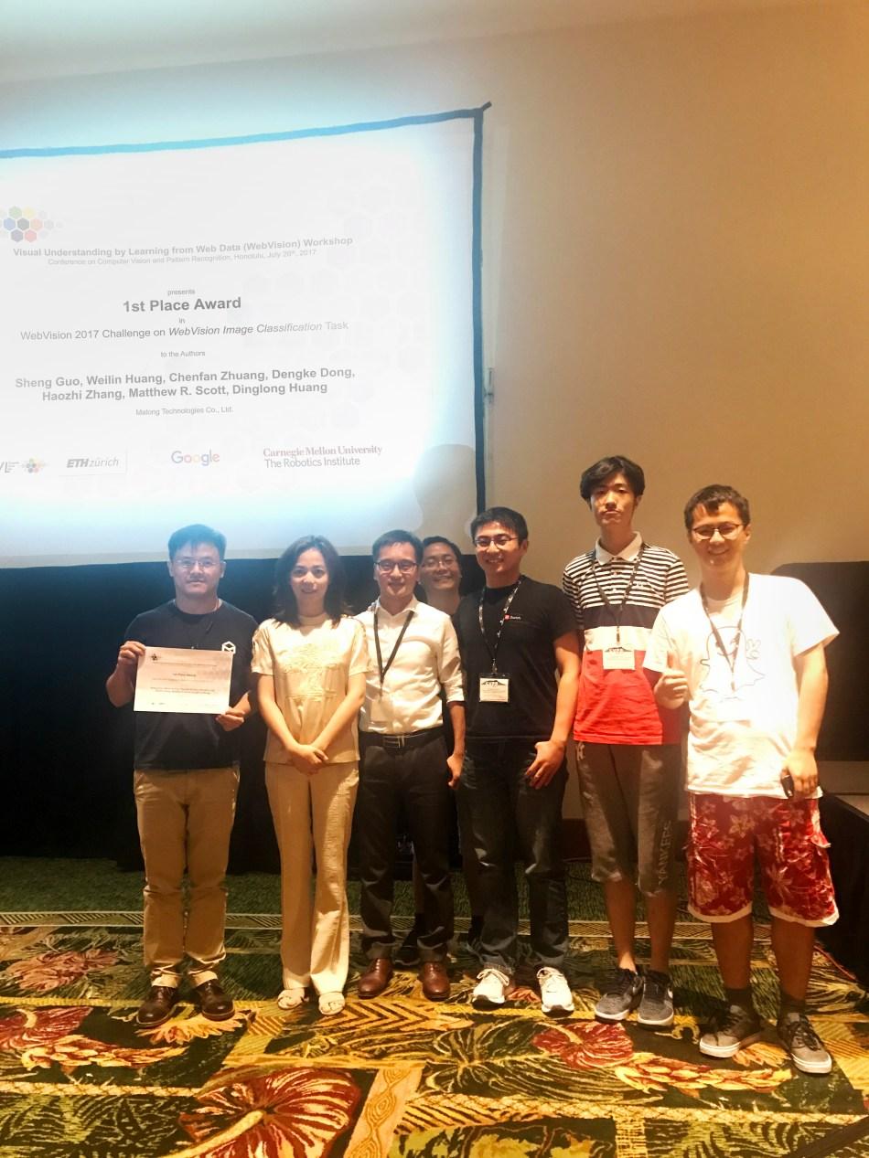 在CVPR研讨会上,李飞飞教授作为谷歌研究院代表暨比赛赞助方,向码隆科技算法团队颁发了WebVision冠军奖项.jpg