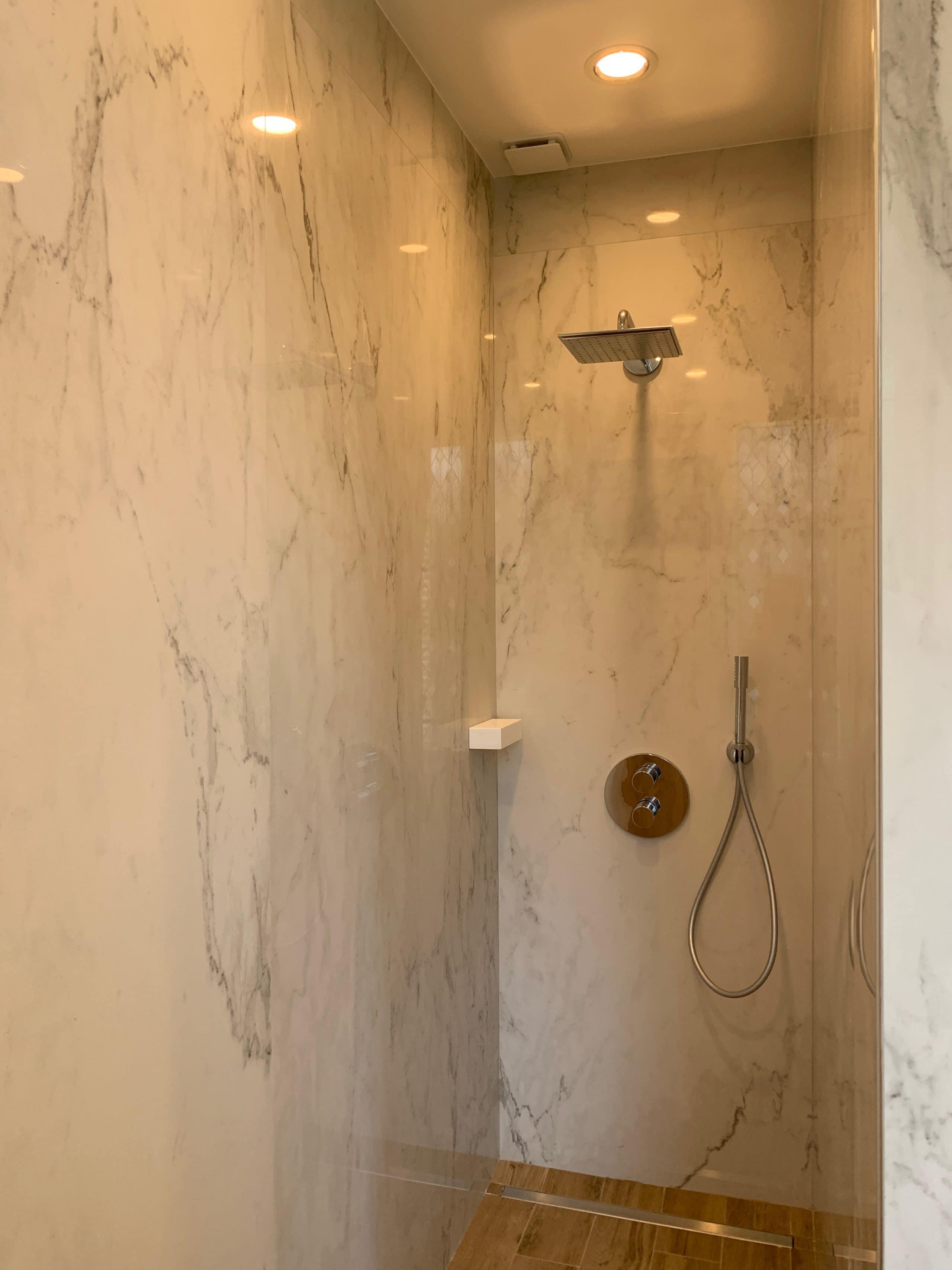 salle de bain repensee autour du marbre