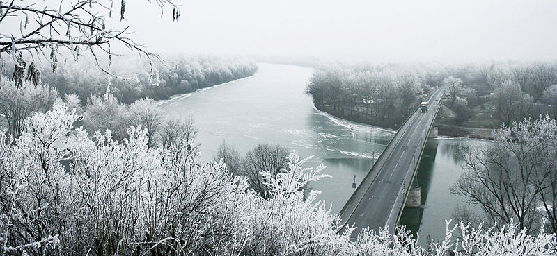 800px-River_Tisza_in_winter_with_Tokaj_bridge_-_Hungary