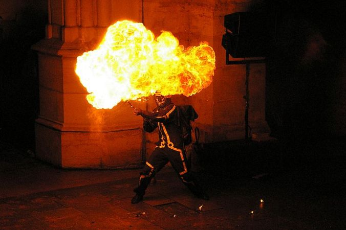 800px-Lance-flammes_de_spectacle