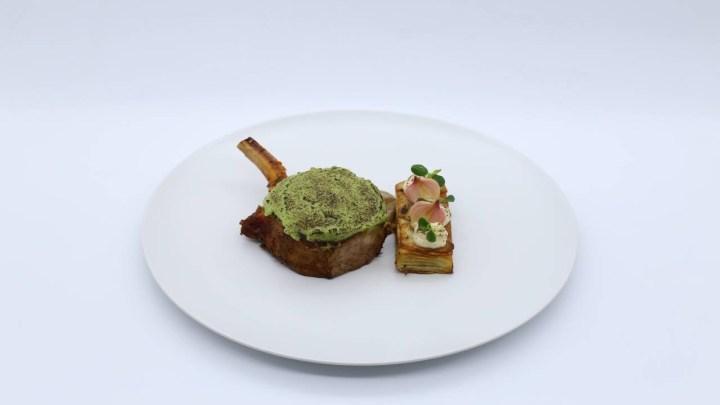 Μαύρος χοίρος, με κρούστα φρέσκου κρεμμυδιού, τερίνα πατάτας και σάλτσα αντζούγιας   MasterChef 4