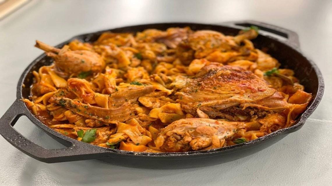 Κοτόπουλο Κοκκινιστό με Χυλοπίτες και Γραβιέρα Λάμπρος Βακιάρος