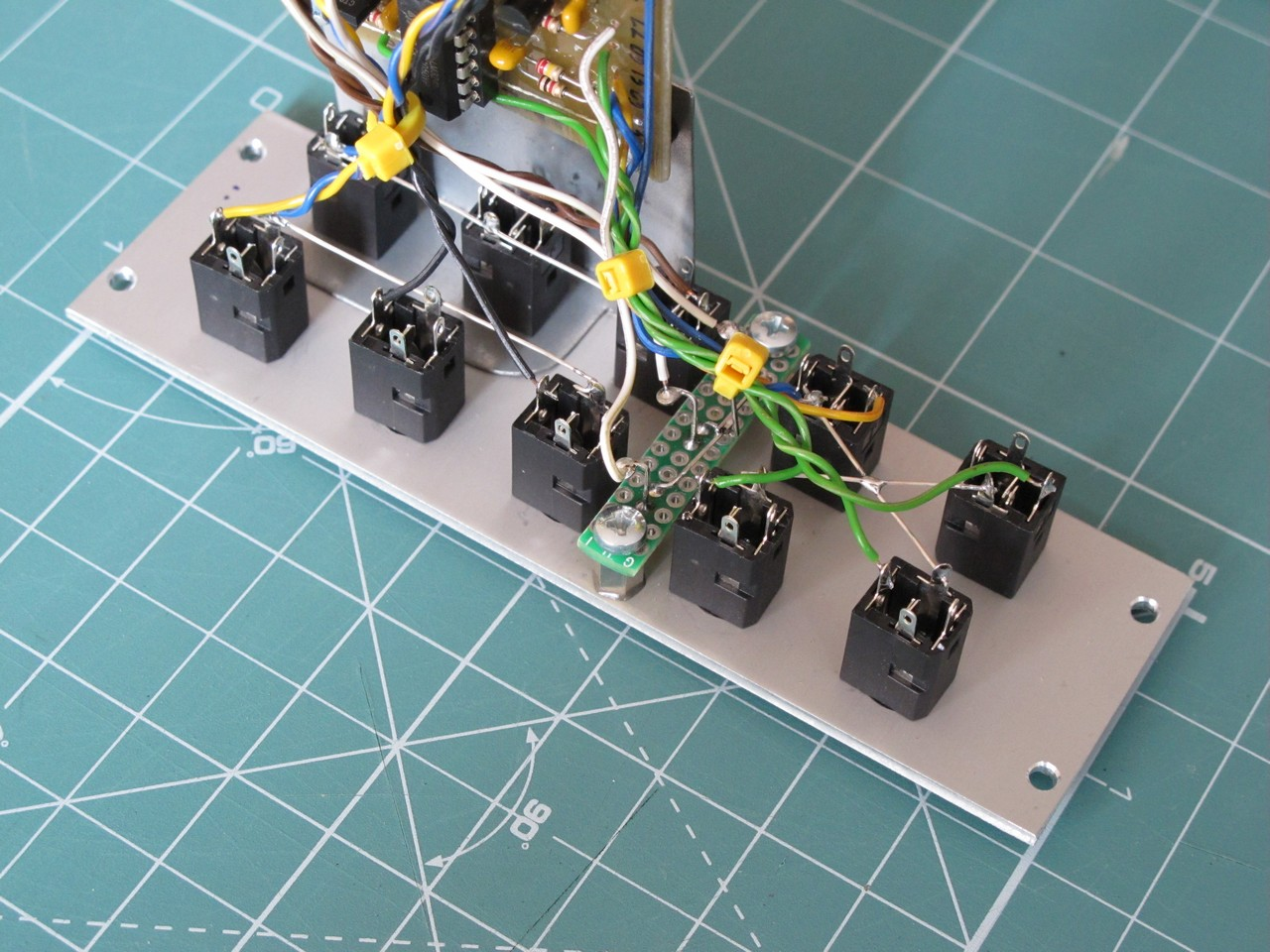 hight resolution of side view of the eurorack multiple module