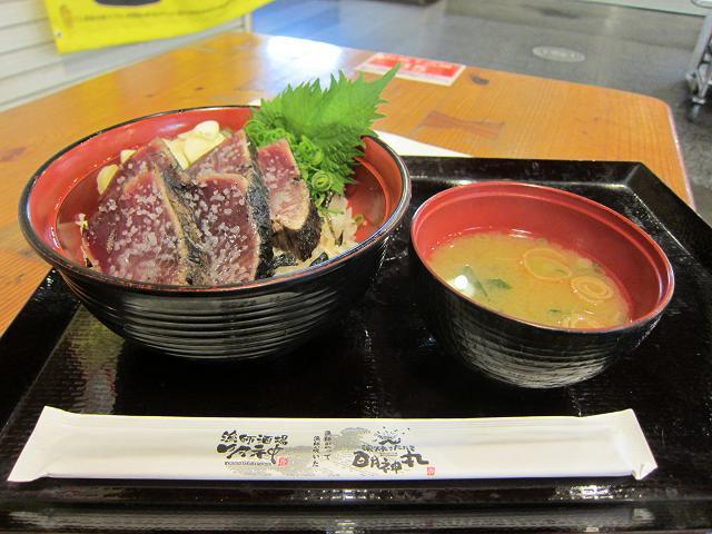 昼のひろめ市場 明神丸 塩タタキ丼