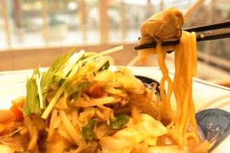 リンガーハットの限定メニュー「かきちゃんぽんみそ」の麺と牡蠣