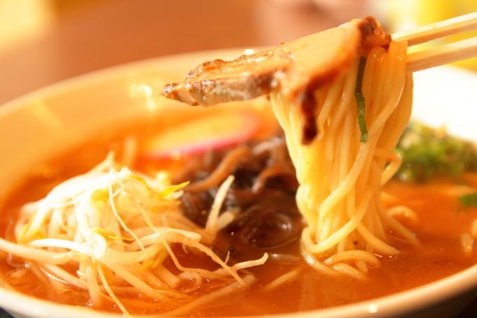 老麺館2番のにんにくラーメン(麺とチャーシュー)
