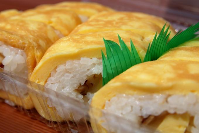 田野駅屋で販売される食堂さくらの卵巻き寿司