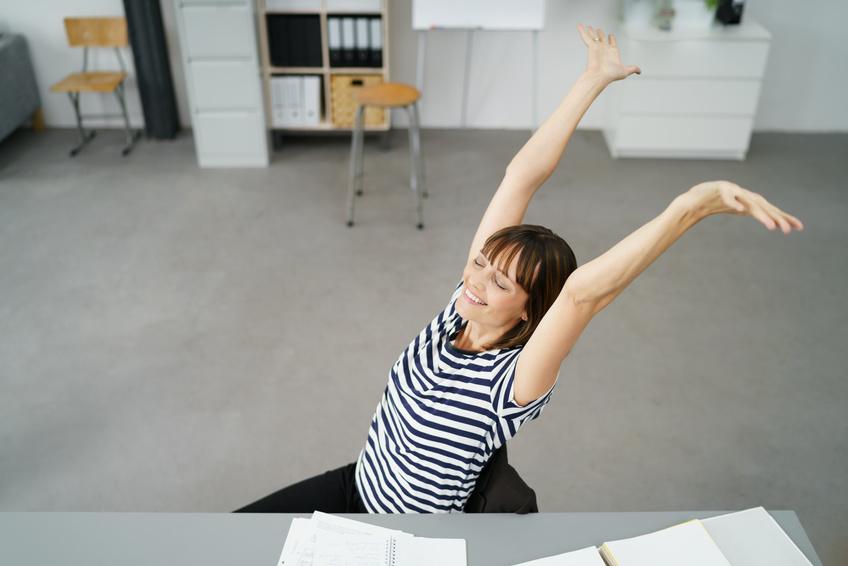 femme yoga Yoga au bureau et en entreprise