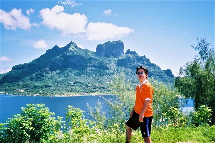ボラボラ島のオテマヌ山を背景に