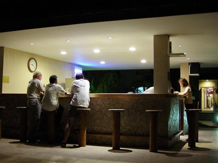 フルレホテルのバーカウンター