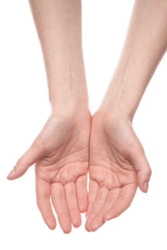 リウマチの初期症状は指に出やすい?原因や検査と治療法は?