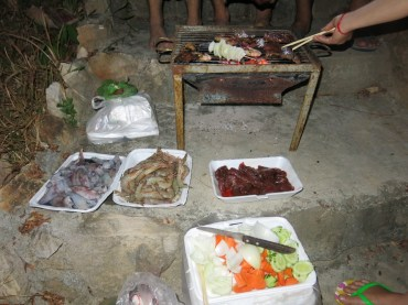 Our BBQ on the stairs near our bungalows.. So much fun and yummy :-D