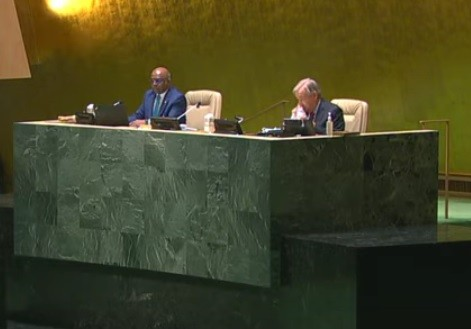 Guterres wipes nose, rudely ignores hand sanitizer before arrival to podium.
