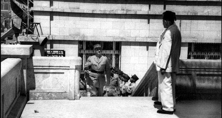 ديغول يصعد درج فندق بارون في حلب 1942