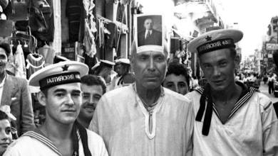 اللاذقية 1957.. بحارة روس من الطراد جدانوف مع أحد السكان المحليين ...