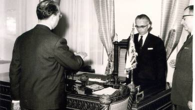 عدنان الخطيب .. محافظ اللاذقية الجديد يؤدي القسم أمام رئيس الجمهورية عام 1961