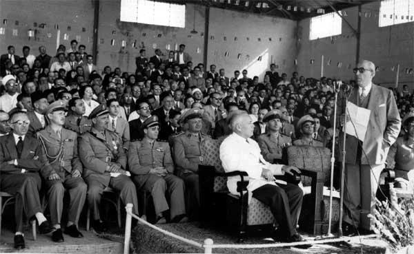 الرئيس شكري القوتلي في حفل تخرج ضباط مدرسة الطيران الحربي عام 1957