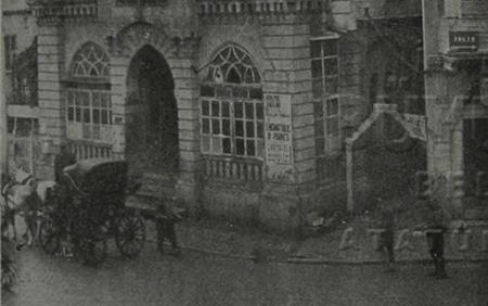 مخفر باب الفرج عام 1930م جانب ساعة باب الفرج قبل هدمه