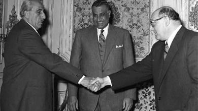 القاهرة 1958 - شكري القوتلي يصافح صبري العسلي بحضور جمال عبد الناصر